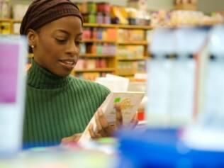 Ler os rótulos dos alimentos ajuda a evitar o excesso de sal e gordudas na dieta