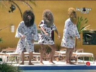 Diogo, Cris e Rodrigão cantam e dançam para entreter outros brothers