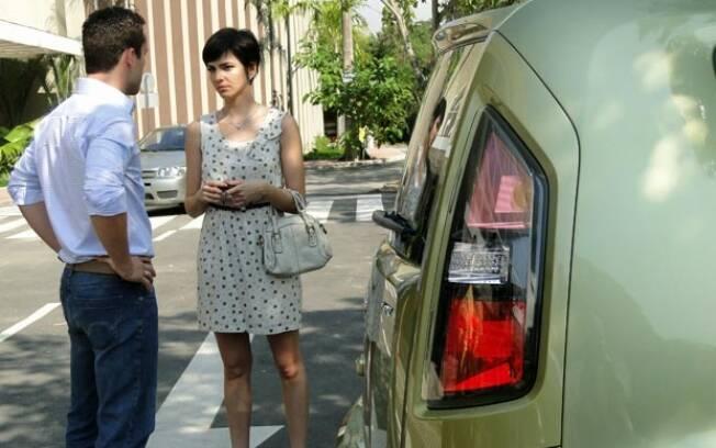 Paula dá um carro para Eduardo, e ele não gosta