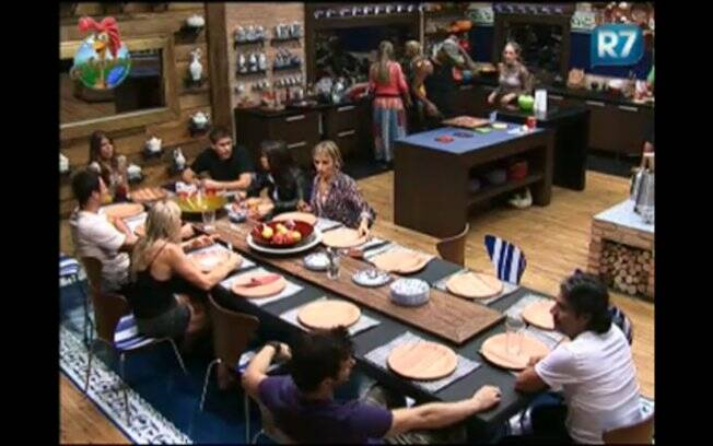 Peões jantam após término do programa