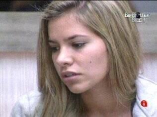 Adriana fica constrangida com comentário de Bial