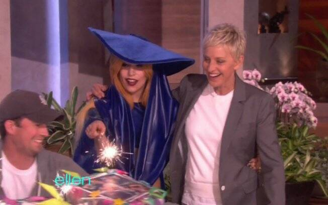 Ellen DeGeneres e Lady Gaga recebendo o bolo surpresa que a apresentadora fez para celebrar a amizade dela com Gaga