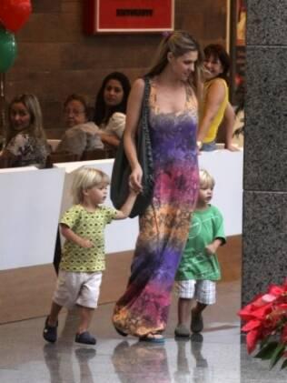 Fernanda Lima passeia com os filhos, João e Francisco, de dois anos