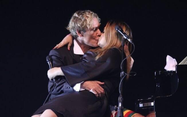 Preta Gil deu um beijo em Eduardo Dussek na gravação do DVD do cantor