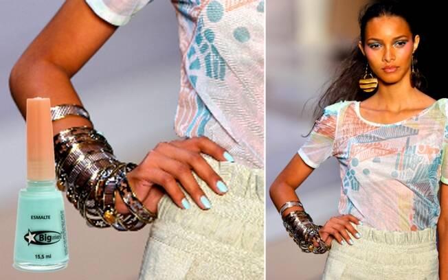Modelo desfila na passarela de Nica Kessler, pelo Fashion Rio, com esmalte da Big Universo