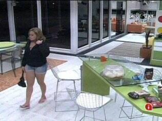 Antes de dormir, Paulinha dá voltas pelos cômodos da casa