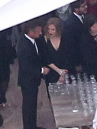 Scarlett Johansson e Sean Penn no casamento de Reese Witherspoon