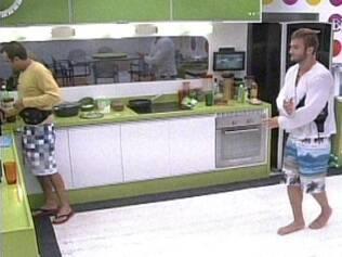 Daniel prepara café... e Wesley dança