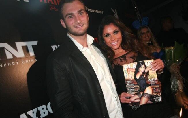 Maria exibe capa da Playboy ao lado de Wesley