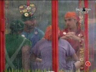 Diogo e Igor provocam integrantes da casinha azul