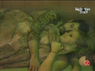 Paulinha e Cris ficam agarradinhos na cama