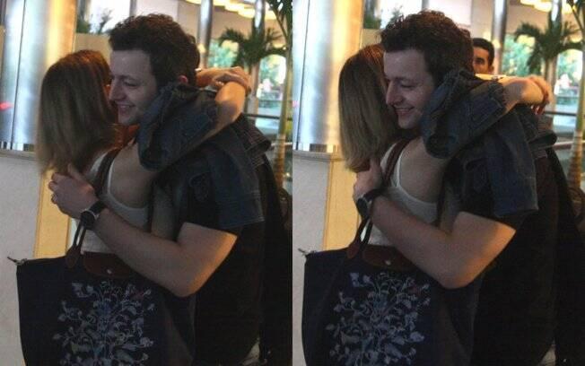 Sandy não se importou com a presença de um paparazzo e abraçou muito o marido Lucas Lima