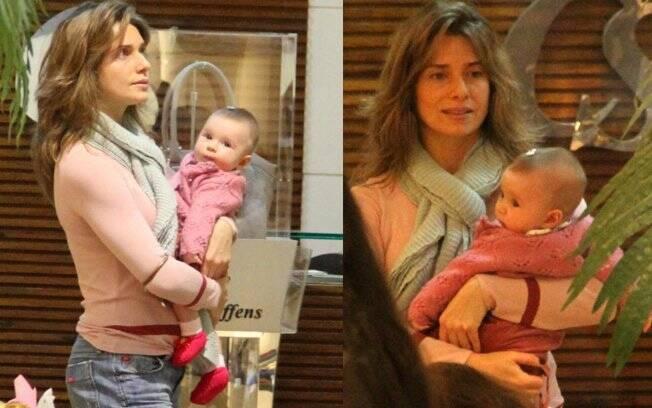 Letícia Spiller passeia com a filha Stella num shopping carioca