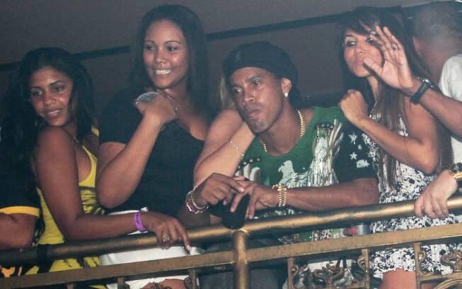 Ronaldinho Gaúcho rodeado de mulheres em boate carioca