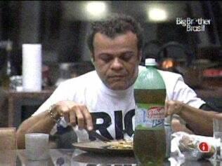 Daniel toma café da manhã sozinho