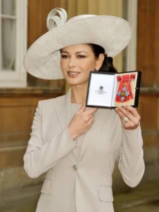 Catherine Zeta-Jones exibe o título que recebeu do Príncipe Charles