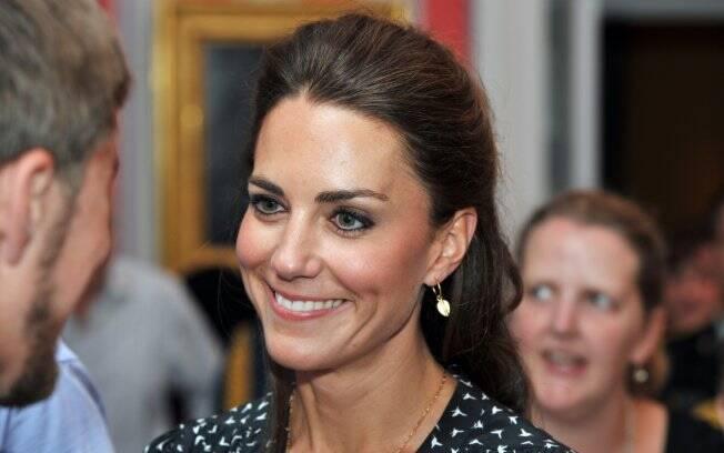 O terceiro look que Kate Middleton escolheu para o dia foi um vestido da Issa London, grife da brasileira Daniela Helayel.