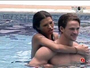 Ariadna abraça Rodrigo por trás