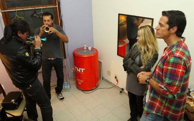 Dupla Fabrício e Fabian toca música de Elvis Presley para Danielle Winits e Carlos Machado