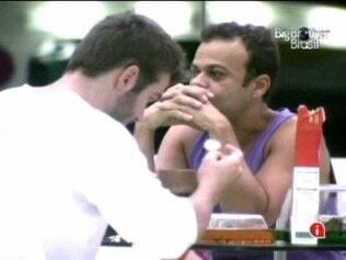 Daniel e Wesley conversam sozinhos na cozinha
