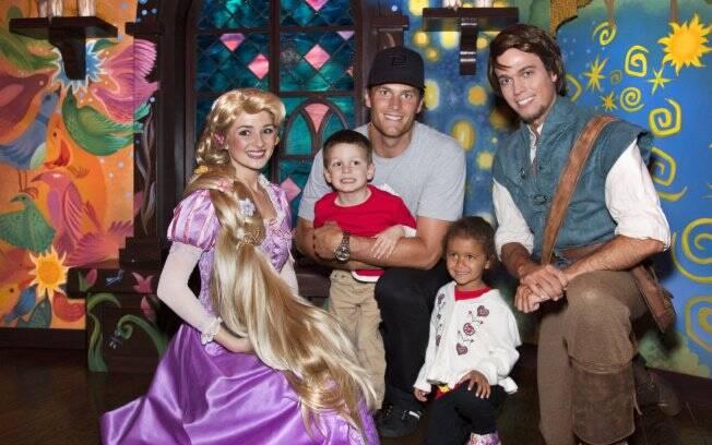 Tom Brady com o filho John Edward e a sobrinha Jordan na Disney
