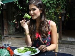 Salada de alface com tomate é o prato de entrada do almoço