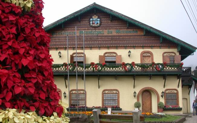 Telhados de beirais largos e construções em madeira são padrão em Gramado