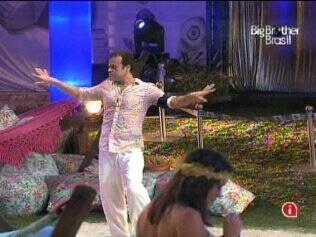 Daniel se empolga com as músicas da Festa Luau