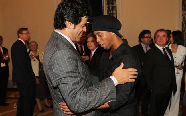 O encontro de Raí e Ronaldinho Gaúcho no evento da Fundação Gol de Letra