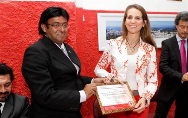 Luiz Alberto Lemos Sampaio recebe doação da infanta Dona Elena