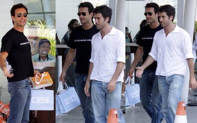 Rodrigo Santoro esbanja simpatia na chegada ao hospital