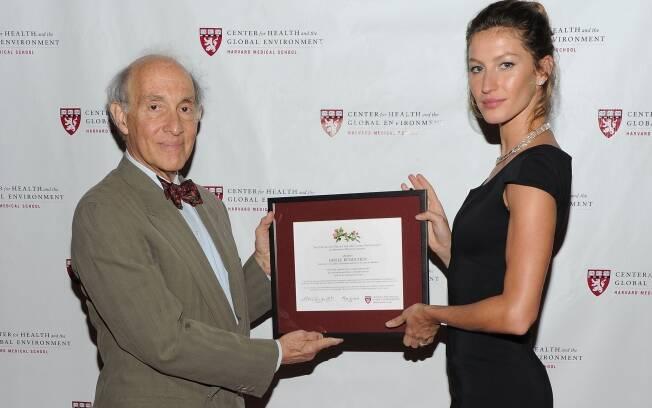 Gisele recebe de Eric Chivian a honra de Cidadã Ambiental Global 2011