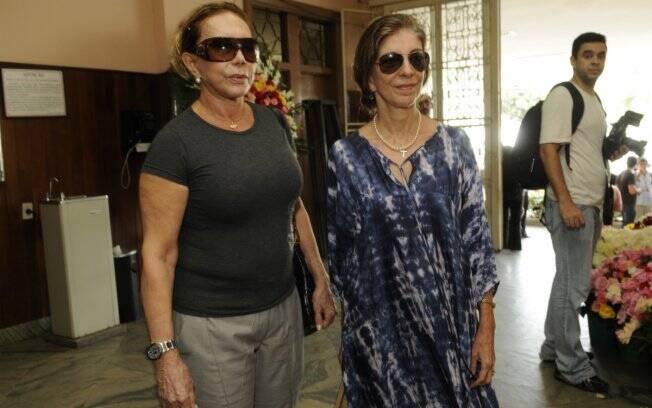 As atrizes Arlete Salles e Marília Pêra chegam ao velório de Lily Marinho