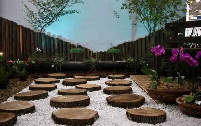 Rodrigo Jansen reaproveitou tábuas de pinus e luminárias antigas em seu jardim sustentável