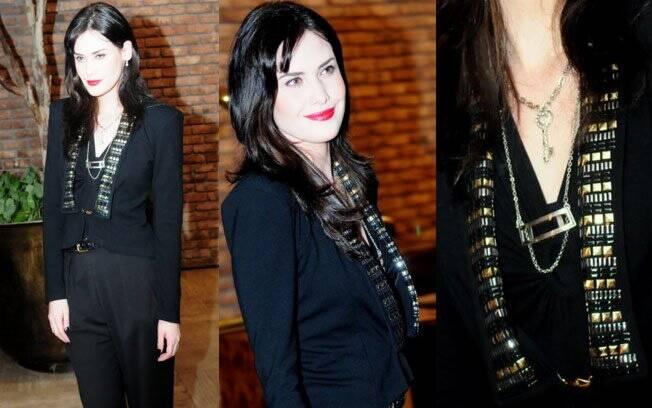 O look dark de Mayana Moura, que adora um visual preto, foi incrementado com bordado no blazer estruturado e colares; destaque para o pingente de chave