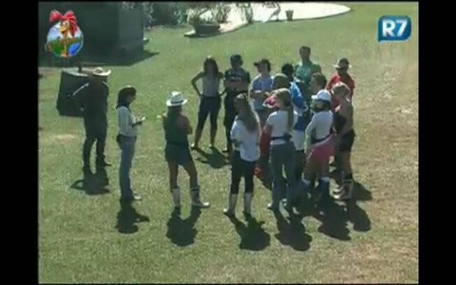 Fernanda Manelli passa as instruções para os peões da fazenda