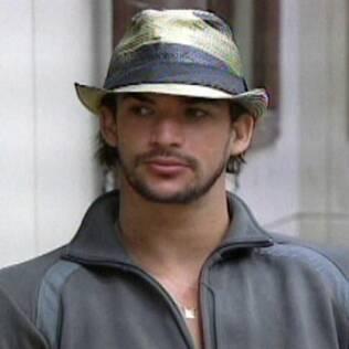 Rodrigo não sabe onde está sua blusa e desconfia do Sabotador