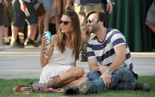 Alessandra Ambrosio curte a festa tomando uma água de coco com Jamie Mazur