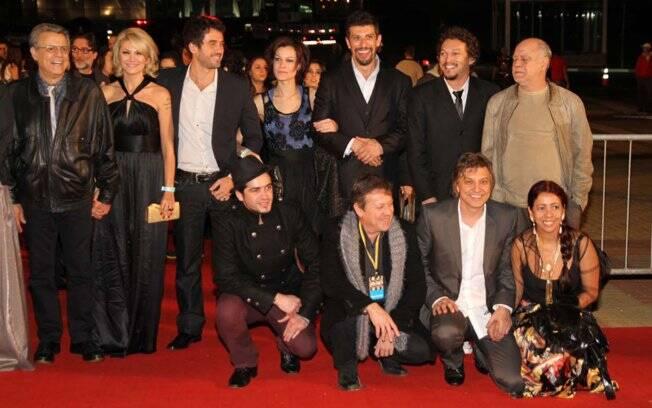 Marcos e Antonia ao lado do elenco de