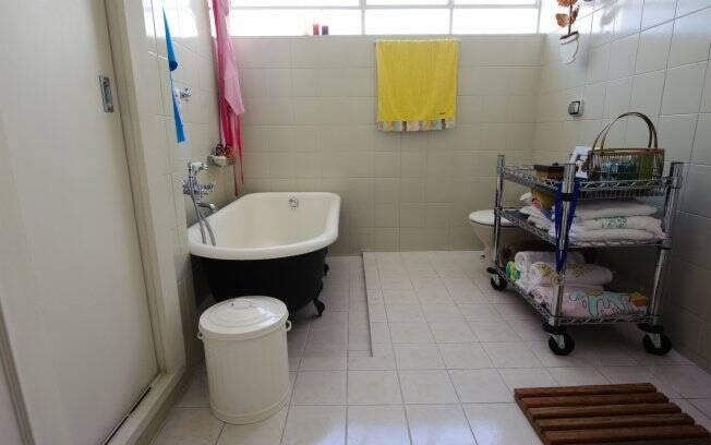 Emanuelle deu novos usos à manteigueira, que hoje é utilizada como saboneteira, e ao carrinho de chá, que serve como armário no banheiro