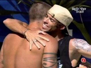 Os amigos se abraçam com o sorriso estampado no rosto