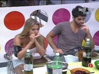 Rodrigão e Adriana sentam um ao lado do outro para o almoço