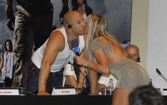 Juju Panicat dá um selinho em Vin Diesel durante a coletiva de imprensa