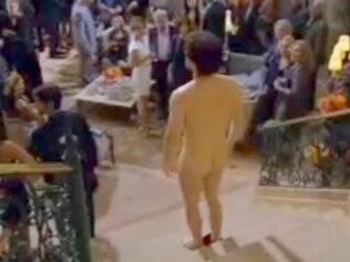 Thiago Fragoso mostra o bumbum em cena: ele gravou a cena nu na frente do elenco