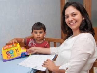 Viviane Mansi brinca com o filho Gabriel: maturidade precoce apontada pelo mapa astral