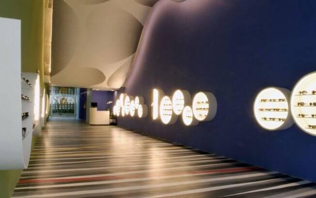 Inspirada na Op-art, a arquitetura da loja de óculos Opart brinca com as cores e a ilusão de ótica