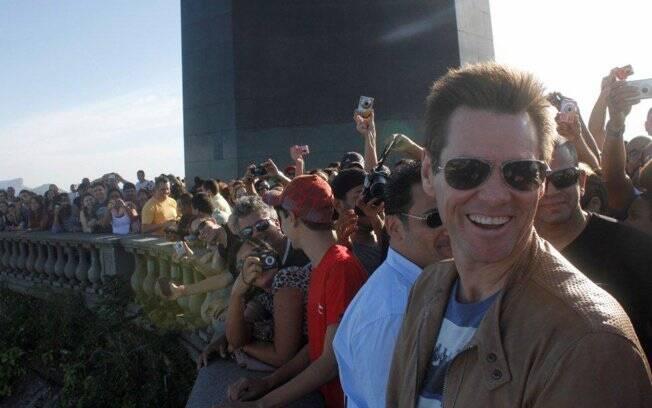 Jim Carrey é cercado por fãs no Cristo