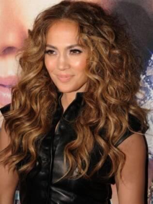Cantora Jennifer Lopez exibe fios alongados e cachos definidos