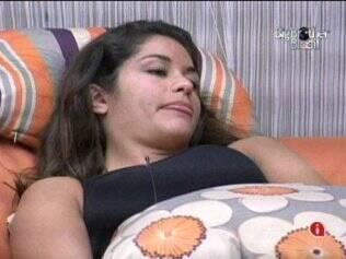 Maria relaxa no sofá da Casa Luxo