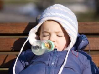 """Pais devem preferir o vestuário dos filhos no estilo """"casca de cebola"""", ou seja, várias peças de roupa ao invés de apenas um casaco muito pesado"""